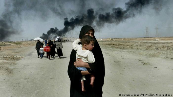 Irak Frau mit Kind flieht aus Basra (picture-alliance/AP Photo/A. Niedringhaus)