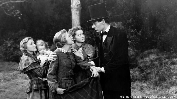 Henry Fonda in a scene from Young Mr. Lincoln with young women (picture-alliance/Mary Evans Picture Library)