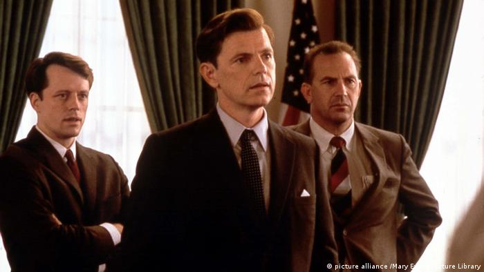 Bruce Greenwood and Kevin Costner in THIRTEEN DAYS (picture alliance /Mary Evans Picture Library)