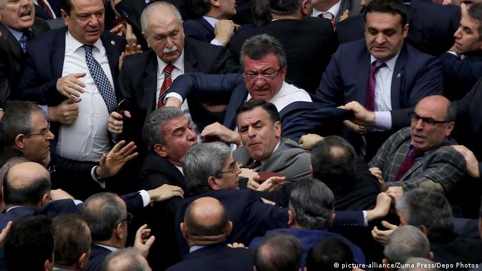 Türkei Handgreiflichkeiten im Parlament in Ankara (picture-alliance/Zuma Press/Depo Photos)