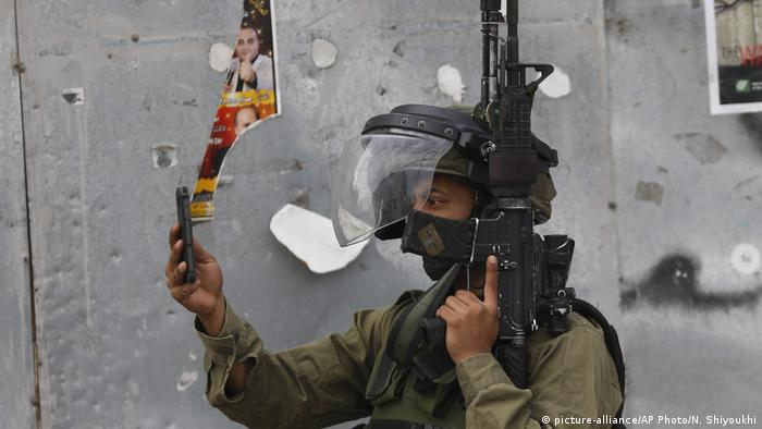 ISRAEL Soldat mit Smartphone (picture-alliance/AP Photo/N. Shiyoukhi)