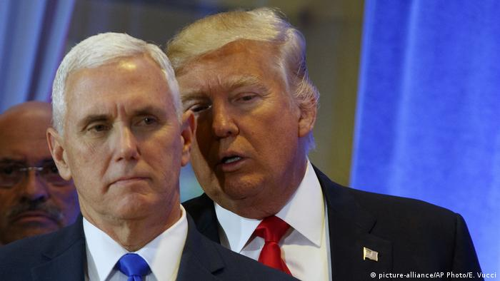 New York Trump Tower Press Conference Vize Mike Pence und Trump (picture-alliance/AP Photo/E. Vucci)