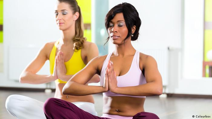 Symbolbild women in the gym doing yoga exercise for fitness (Colourbox)