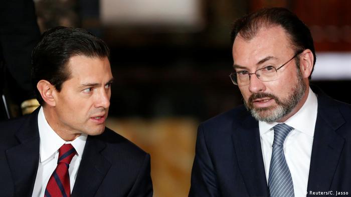 Mexiko Präsident Enrique Pena Nieto (L) und Außenminister Luis Videgaray (Reuters/C. Jasso)
