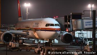 Maschine der Meridiana Air am Gate in Frankfurt