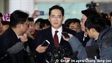 12.01.2017 +++ SEOUL, SOUTH KOREA - JANUARY 12: Lee Jae-Yong, vice chairman of Samsung arrives at the office of the independent counsel on January 12, 2017 in Seoul, South Korea. The independent counsel team investigating the peddling scandal involving South Korean President Park Geun-hye and her confidant Choi Soon-sil summoned Samsung Group Vice Chairman Lee Jae-yong for questioning on charges of perjury as he allegedly lied about the money Samsung donated to Choi through multiple channels in the parliamentary hearings last month. (Photo by Chung Sung-Jun/Getty Images)