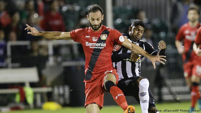 Deutschland Bundesliga- Zweitkampf Omer Toprak von Bayer Leverkusen gegen Capixaba von Atletico Mineiro