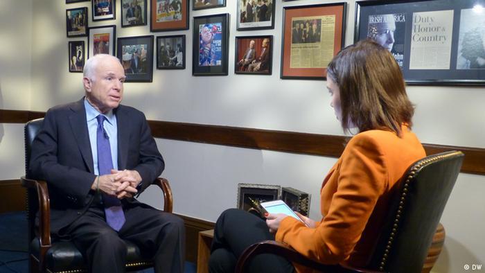 Джон Маккейн и Жанна Немцова во время записи Немцова.Интервью в Вашингтоне