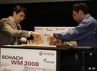 Wladimir Kramnik (l.)und Viswanathan Anand (Quelle: AP Photo/Hermann J. Knippertz)