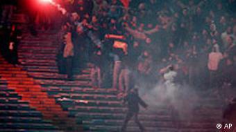Піротехніка на стадіонах заборонена в багатьох європейських країнах.