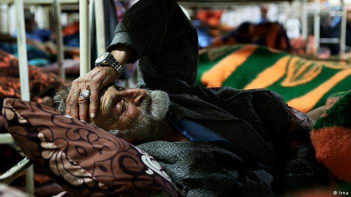 ein Obdachloser alter Mann in Khavaran Wärmehalle. Im Dezember 2016 schlafen etwa 750 Obdachlose in Teheran Iran in Khavaran Wärmehalle (Irna)