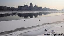 Ungarn Parlament und Fluss Danube im Winter in Budapest