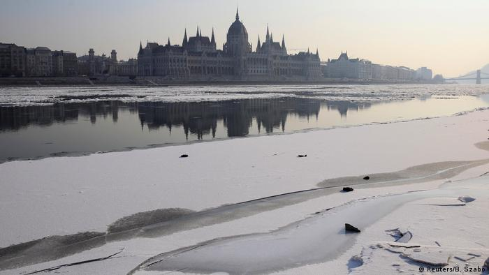 Ungarn Parlament und Fluss Danube im Winter in Budapest (Reuters/B. Szabo)