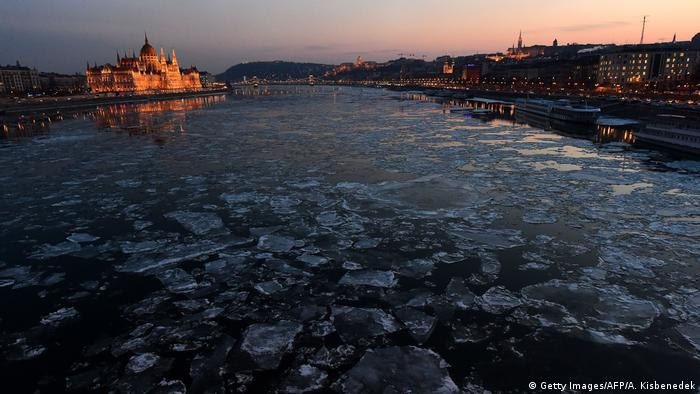 Ungarn Parlament und Fluss Danube im Winter in Budapest (Getty Images/AFP/A. Kisbenedek)