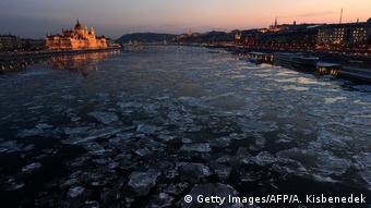 Ungarn Parlament und Fluss Danube im Winter in Budapest