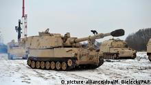 Amerikanische Panzerhaubitzen und Panzer sind während der Entladung von militärischem Gerät einer US-Panzerbrigade am 10.01.2017 in Camp Drawsko Pomorskie (Polen) zu sehen. Im Rahmen der US-Operation «Atlantic Resolve» werden mehr als 4000 US-Soldaten nach Polen und in die baltischen Staaten geschickt. Erklärtes Ziel ist es, Frieden und Stabilität in den osteuropäischen Nato-Ländern zu sichern. Foto: Marcin Bielecki/PAP/dpa +++(c) dpa - Bildfunk+++ |