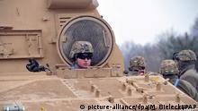 Ein amerikanischer Soldat schaut während der Entladung von militärischem Gerät einer US-Panzerbrigade am 10.01.2017 im Camp in Drawsko Pomorskie (Polen) aus der Luke eines Panzers. Im Rahmen der US-Operation «Atlantic Resolve» werden mehr als 4000 US-Soldaten nach Polen und in die baltischen Staaten geschickt. Erklärtes Ziel ist es, Frieden und Stabilität in den osteuropäischen Nato-Ländern zu sichern. Foto: Marcin Bielecki/PAP/dpa +++(c) dpa - Bildfunk+++ |