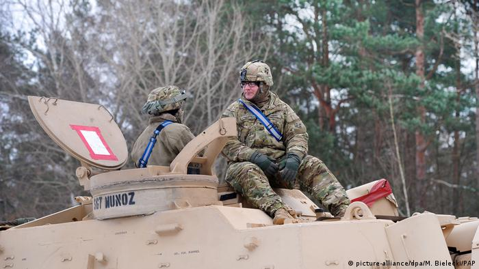 Soldiers sitting on tank (picture-alliance/dpa/M. Bielecki/PAP)