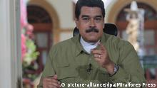 18.12.2016*** A handout picture provided by Miraflores press, shows Venezuelan President Nicolas Maduro (R) during his Sunday television program 'En Contacto con Maduro' in the city of Caracas, Venezuela, 18 December 2016. The new 500 bolivars, part of the new monetary family of Venezuela, will arrive in the country 18 December, said Venezuelan President Nicolas Maduro, who had denounced an 'international sabotage' against this arrival of the money. EPA/MIRAFLORES PRESS / HANDOUT HANDOUT EDITORIAL USE ONLY/NO SALES +++(c) dpa - Bildfunk+++ |