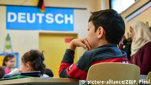 Flüchtlingskinder lernen in einer Klasse der Astrid-Lindgren-Grundschule in Frankfurt (Oder) (Brandenburg) Deutsch, aufgenommen am 02.11.2016. Nach Auskunft des Ministeriums für Bildung, Jugend und Sport des Landes Brandenburg lernen in diesem Schuljahr 7.660 Kinder und Jugendliche mit Migrationshintergrund - die meisten von ihnen aus Flüchtlings- und Asylbewerberfamilien - an öffentlichen Schulen Brandenburgs. Sie besuchen zumeist Grund- und Oberschulen. Das sind etwa doppelt so viele wie zum gleichen Zeitpunkt des Vorjahres. Die Kinder und Jugendlichen aus Flüchtlings- und Asylbewerberfamilien lernen in insgesamt 797 Vorbereitungsgruppen und Förderkursen an 504 Schulen oder nehmen bereits vollständig am Regelunterricht teil. Foto: Patrick Pleul | Verwendung weltweit