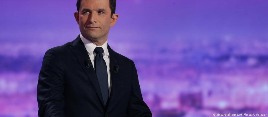 Hamon defende salário mínimo de 750 euros para cada francês