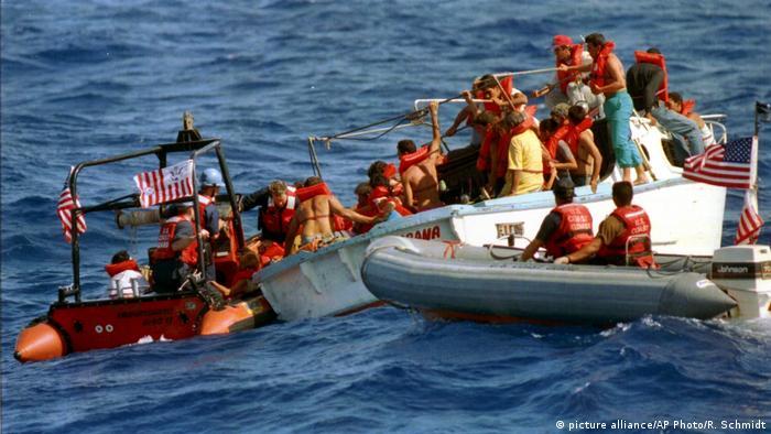 Refugiados cubanos sendo resgatados em barcos