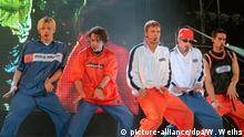 Auf der Bühne tanzen am 22.8.1997 die Mitglieder der amerikanischen Teenie-Band Backstreet Boys zu Beginn ihrer Deutschland-Tournee in Hannover. Vor fast 30000 Besuchern sang die Boygroup aus Florida bei ihrem rund 80minütigen Open-Air-Auftritt Hits wie «Quit playing games (with my heart)» und «Everybody». Rund 500 junge Fans mußten wegen Kreislaufproblemen ärztlich versorgt werden. Sie standen in den dichtgedrängten Reihen vorn an der Bühne. «Als die Gruppe auftrat, gab es kein Halten mehr», so ein Polizeisprecher. | Verwendung weltweit