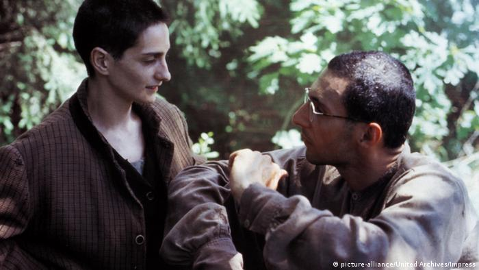 Lorenza Indovina e John Turturro em cena de A trégua (1997), de Francesco Rosi,