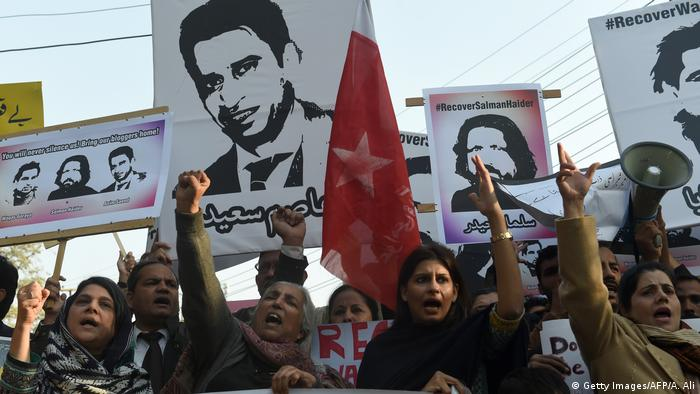 Pakistan citizen demonstrate after several bloggers has gone missing