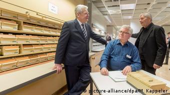 Deutschland Bundespräsident Gauck besichtigt Stasi-Unterlagen-Behörde (picture-alliance/dpa/M. Kappeler)
