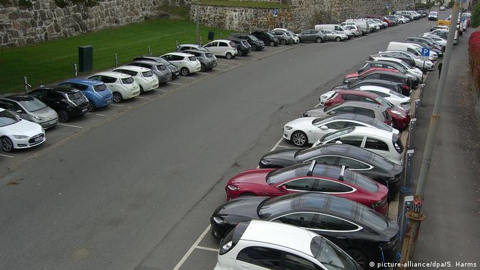 Norwegen Oslo, Großparkplatz für Elektroautos