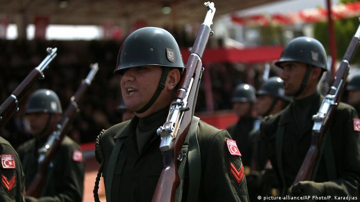 Soldados turcos participam de uma parada militar anual em comemoração à invasão de 1974, em Nicósia