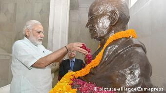 Indien Premierminster Narenda Modi am Gandhi Denkmal in Allahabad
