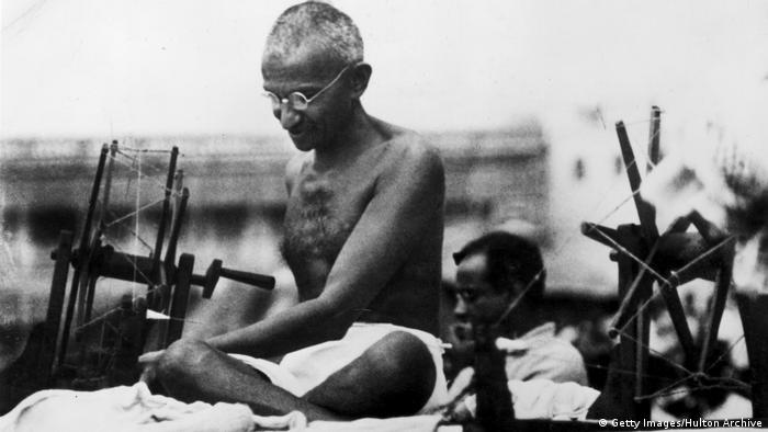 Mahatma Gandhi am Webstuhl (Getty Images/Hulton Archive)
