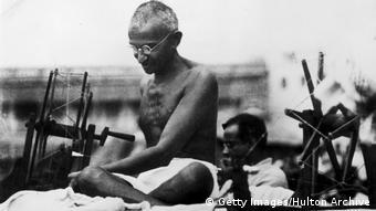 Mahatma Gandhi am Webstuhl (Getty Images/Hulton Archive)