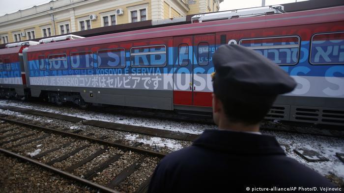 Serbien Zug mit der Aufschrift Kosovo ist serbisch im Bahnhof von Belgrad