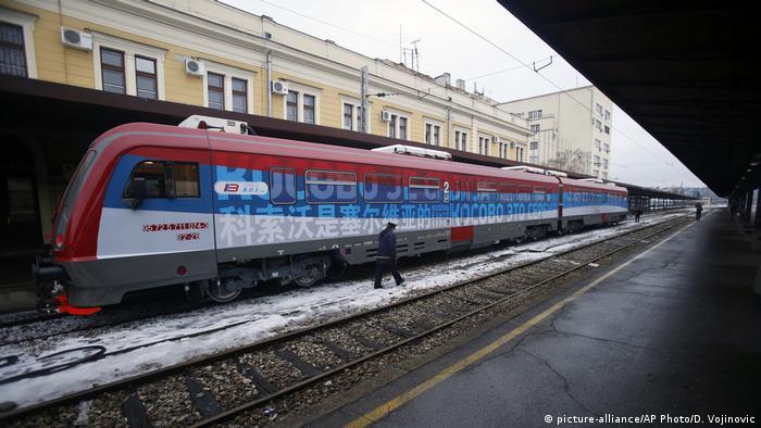 Serbien Zug mit der Aufschrift Kosovo ist serbisch im Bahnhof von Belgrad (picture-alliance/AP Photo/D. Vojinovic)