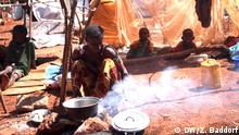A woman cooks food inside a makeshift shelter in Bangui, capital of Central African Repulic. Unser Korrespondent in Banjul Zack Baddorf hat alle Bilder gemacht und gab DW alle Rechte zu publizieren.