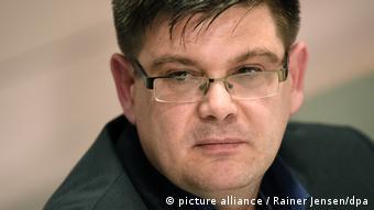 Rosto de homem de óculos e cabelos curtos pretos
