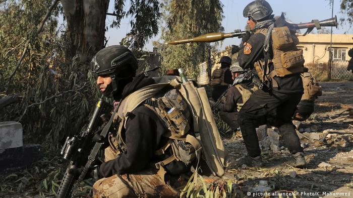 Irak Truppen nehmen Universität in Mossul ein (picture alliance/AP Photo/K. Mohammed)