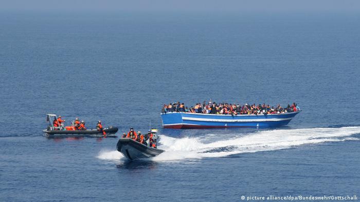 Symbolbild Flüchtlingsboot Rettung