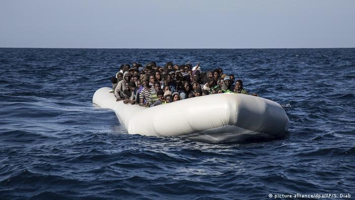 Symbolbild Flüchtlingsboot Mittelmeer