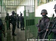 Поліцейський спецпідрозділ у будівлі бунтівної в'язниці