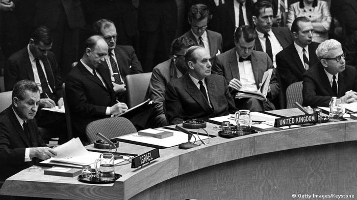 Conselho de Segurança das Nações Unidas em 5 de junho de 1967. Na foto, o representante do Reino Unido, Lord Caradon, está sentado ao lado de Arthur J Goldberg, dos EUA
