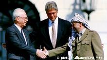 USA Weißes Haus Unterzeichnung von Oslo 1 Präsident Bill Clinton (M) Israels Premierminister Yitzhak Rabin und PLO Vorsitzender Jassir Arafat