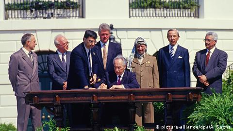 Politicians sign the Oslo I Accord on the lawn of the White House in 1993 (picture-alliance/dpa/A. Sachs)
