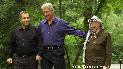 Ehud Barak, Bill Clinton and Yasser Arafat walk in the woods at Camp David (picture-alliance/AP Photo/R. Edmonds)