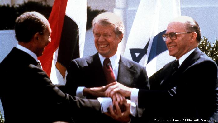 Sadat, Carter and Begin join hands after they signed the Camp David Accords in Washington 1979 (picture-alliance/AP Photo/B. Daugherty)