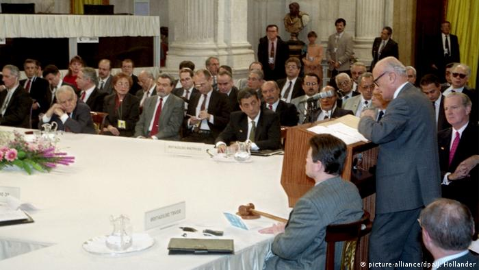 Palestinian negotiator Haidar Abdel Shafi speaks at the Madrid conference to other Middle East, US and Soviet Union delegates (picture-alliance/dpa/J. Hollander)