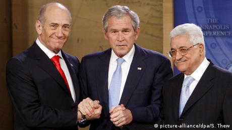 Prime Minister Ehud Olmert, US President George W. and Palestinian Mahmoud abbas shake hands (picture-alliance/dpa/S. Thew)